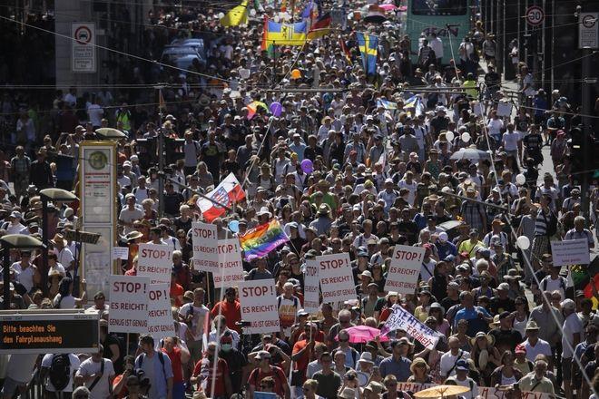 Δεκάδες χιλιάδες αρνητές της πανδημίας διαδηλώνουν στο Βερολίνο